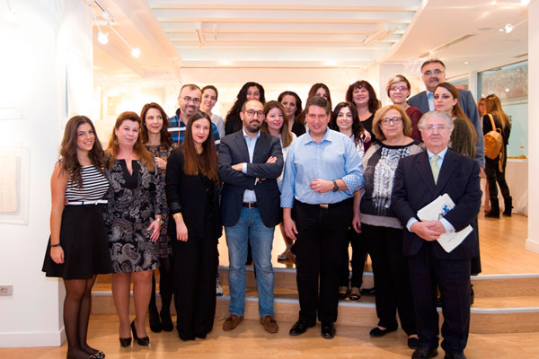 Οι άνθρωποι που επιμελήθηκαν το στήσιμο της έκθεσης από το Χώρο Τέχνης «ΣΤΟArt ΚΟΡΑΗ», την Εθνική Ασφαλιστική και τις εκδόσεις Σπύρου