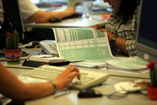 Οδηγίες για την περαίωση. Τι πρέπει να γνωρίζουν οι φορολογούμενοι πριν πάνε στο γκισέ της εφορίας
