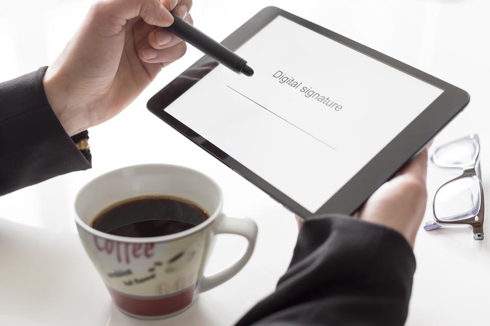 Χαρτί τέλος και ηλεκτρονική υπογραφή στο δημόσιο! Ψηφίστηκε το νομοσχέδιο
