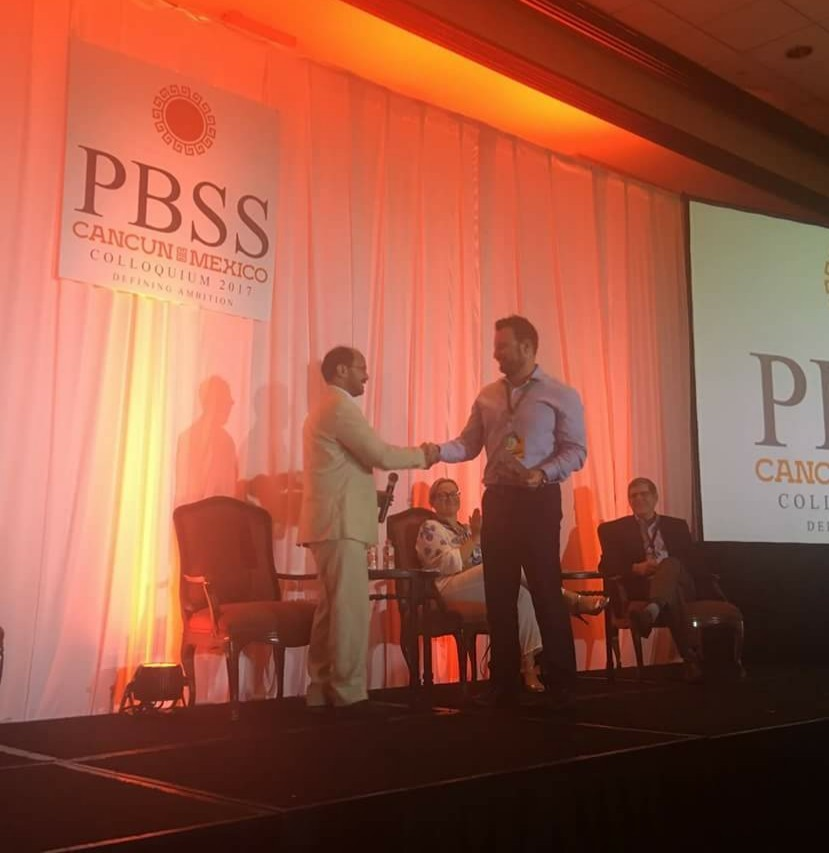 Απονομή του βραβείου από τον Πρόεδρο του Τμήματος Κοινωνικής Ασφάλισης και Συντάξεων της Διεθνούς Ένωσης Αναλογιστών στον κ. Συμεωνίδη